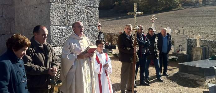 Procesión por el cementerio en el día de todos los santos 2015