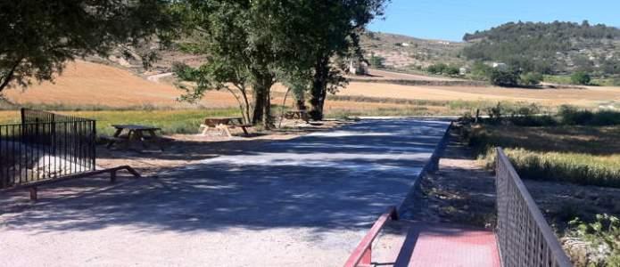 Camino del río Esgueva de Villatuelda asfaltado