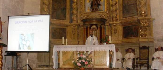 Don Mario párroco de Olmedillo da la bienvenida a la oración por la paz del Arciprestazgo de Roa
