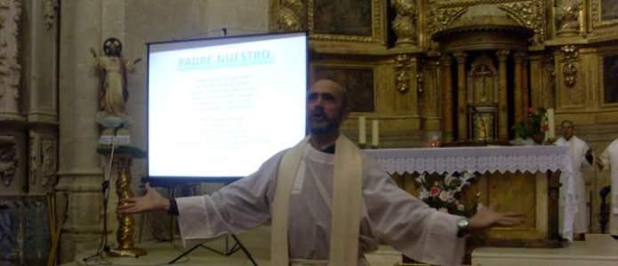 Don Mario rezando junto con los asistentes el Padre Nuestro