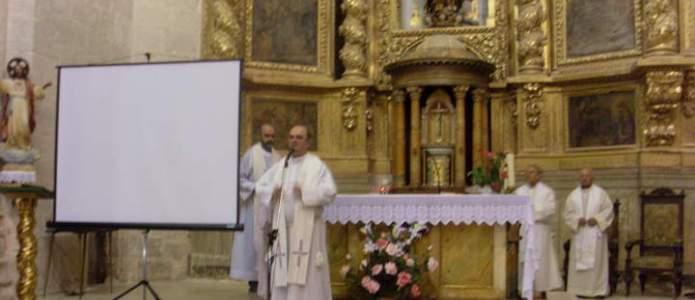 El arcipreste Don Pedro Juanes decida unas palabras de despedida
