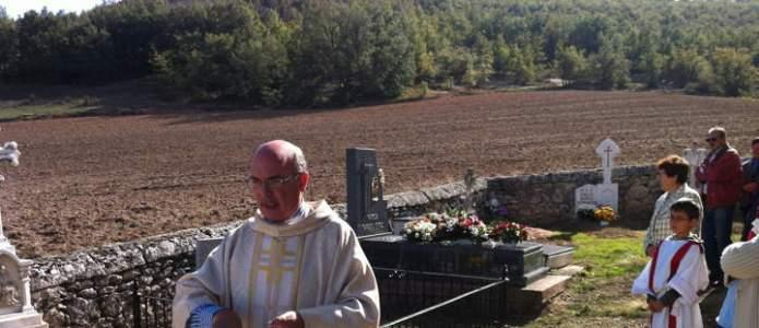 Procesión por el cementerio de Villatuelda el día de todos los santos 2014